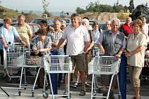 Před otevřením nového Tesca se na parkovišti shromáždilo přes pět stovek lidí.