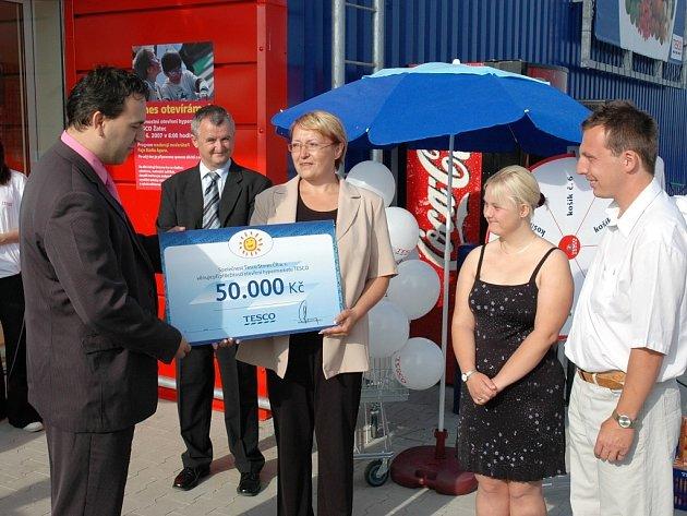Žatecký ústav Kamarád Lorm získal od vedení Tesca šek na padesát tisíc korun.