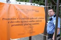 Ředitel strážníků v Postoloprtech Aleš Tallovitz kontroluje areál zámecké zahrady, kde úřadovali vandalové.