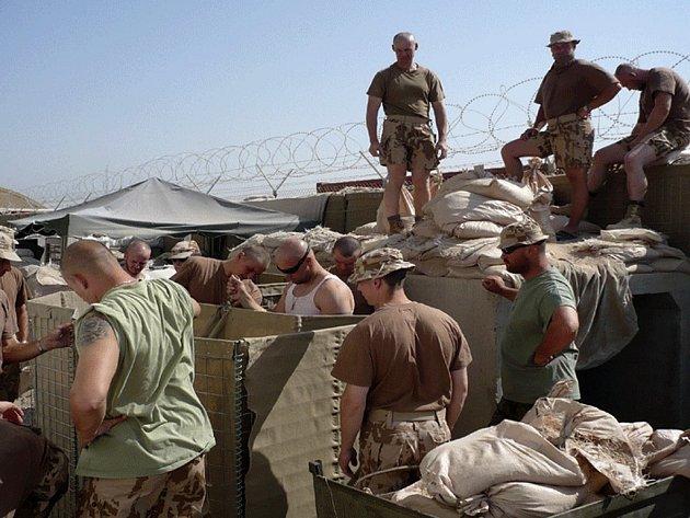 Žatečtí vojáci opevňují český kemp.