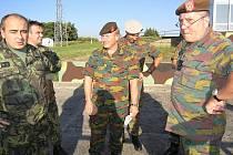 Důstojníci z Belgie si prohlížejí areál na Doupově.
