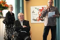Malíř Zdeněk Sýkora s manželkou Lenkou a ředitelem lounského divadla Vladimírem Drápalem (vpravo) při zahájení výstavy grafik.
