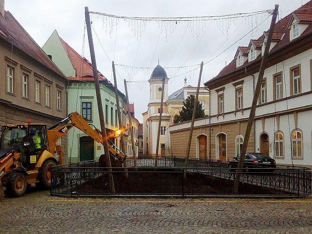 Bagr odstraňuje zeminu ze chmelničky na náměstí v Žatci.