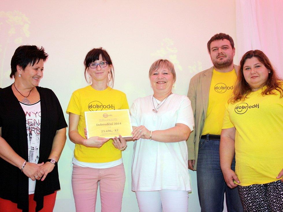 Zástupci sdružení Dobroděj předali v lounské speciální škole symbolický šek
