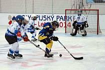 Mladí hokejisté Slovanu Louny (v bílých dresech) se utkali s Tatranem Třemošná