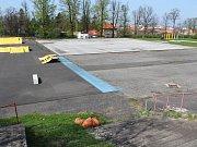 Areál letního cvičiště v Lounech. Několik let na něm byla nafukovací sportovní hala, teď už jen dožívající hřiště na hokejbal, pár prvků skateparku, ale také poměrně nová workoutová sestava