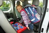Děti nastupují do mikrobusu, který je odveze k výuce do Základní školy v Bitozevsi.
