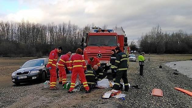 Záchranáři zasahují u muže v bezvědomí na břehu Nechranické přehrady.