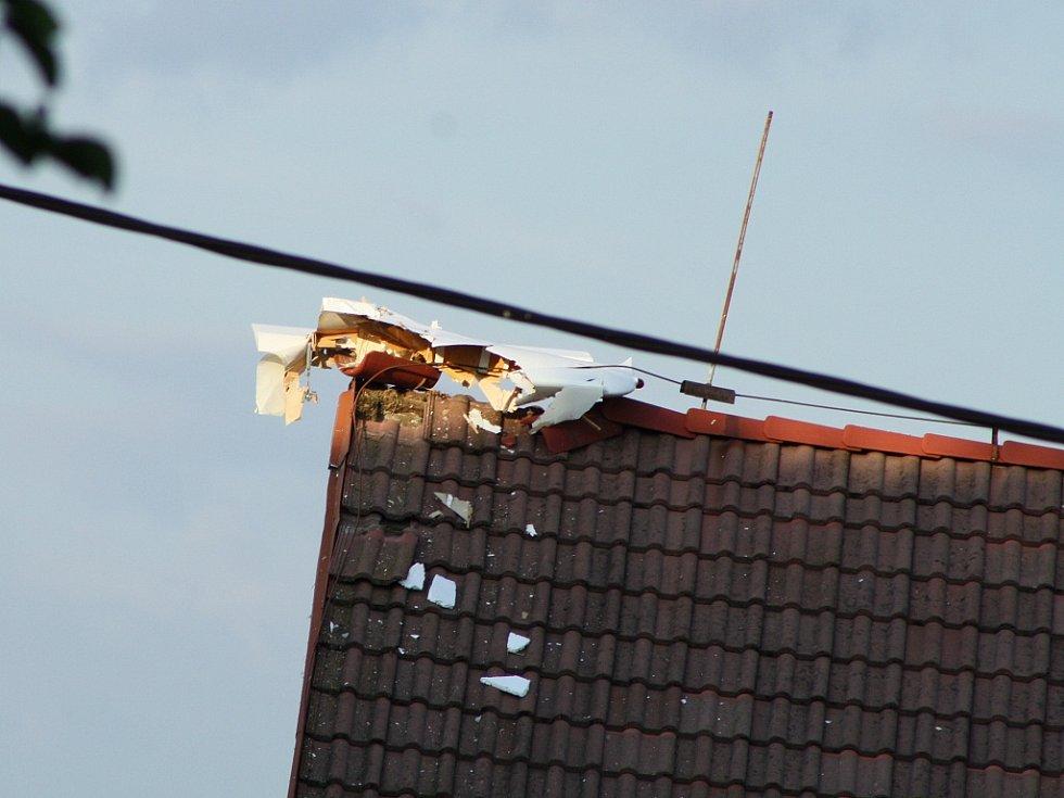 Letoun zavadil o střechu jednoho z domů