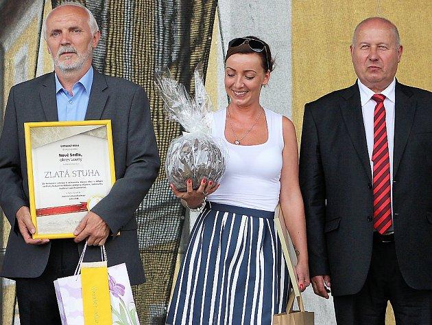 Starosta Petr Sýkora (vlevo) převzal ocenění Vesnice roku 2016 v Ústeckém kraji. Uprostřed je  zaměstnankyně obecního úřadu Dita Sýkorová, vpravo hejtman Oldřich Bubeníček.