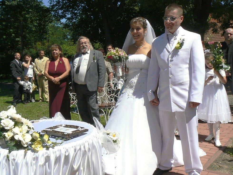 Žaneta Surmajová a Jiří Vacek si v sobotu v pravé poledne řekli své ano pod modrou oblohou – v zámecké zahradě v Postoloprtech.