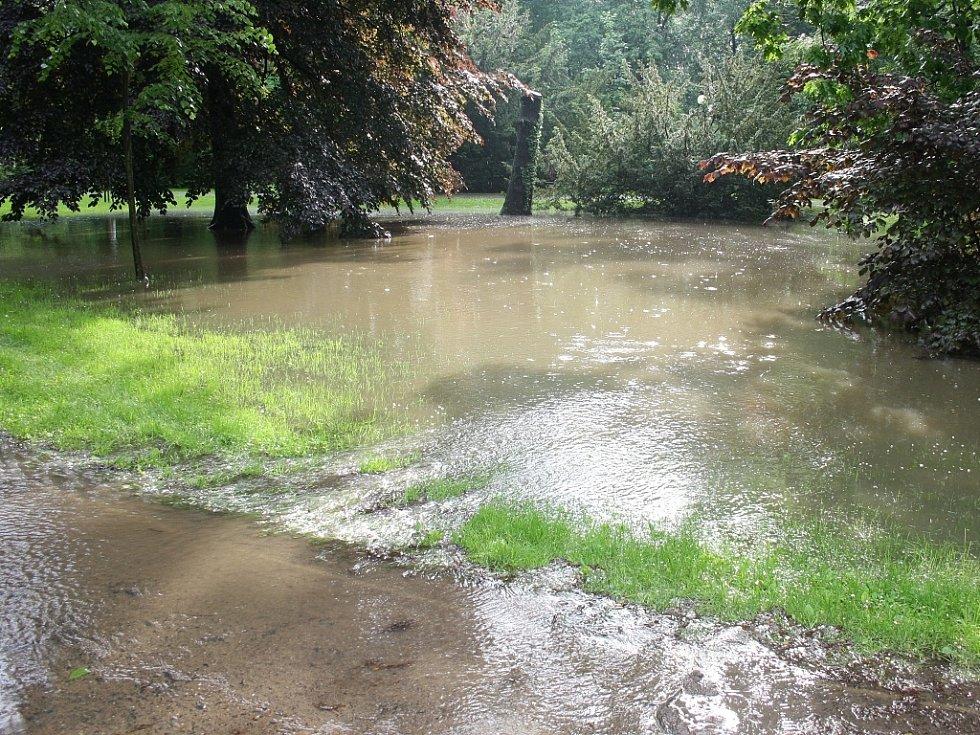 Rozvodněná Ohře v Lounech 4. 6. 2013. Masarykovy sady jsou zaplavené jen v malé části.