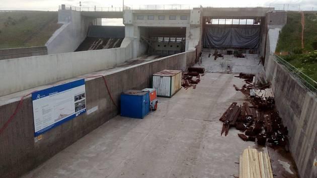 Rekonstrukce přelivu na hrázi Nechranické přehrady pokračuje.