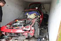 Téměř rozebrané vozidlo značky Mazda bez registračních značek