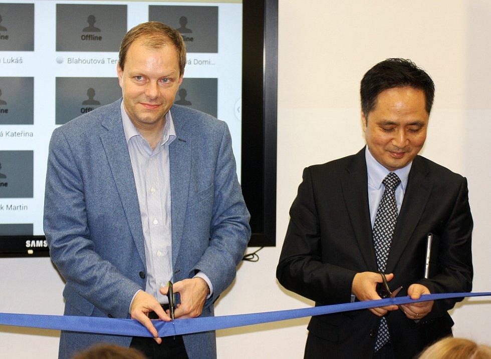 Ministr školství Marcel Chládek (vlevo) a Daewon Kim, prezident společnosti Samsung,