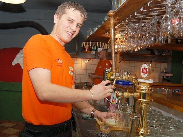 """""""Pivo jsme točili v kapli na Smíchově,"""" říká Zdeněk Trochta už po návratu na svém žateckém pracovišti."""