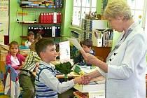 Adam Slušný z Postoloprt dostává vysvědčení od své třídní učitelky Květy Zíbrtové.  Adam za své výborné výsledky dostal i pochvalu od ředitele školy a svůj první školní rok  tak ukončil velmi úspěšně.