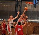 Basketbalisté Loun (v bílém) nestačili v závěru na bojovný Děčín a doma prohráli.