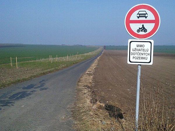 Vjezd do takzvané líšťanské spojky ze strany od Líšťan. Respektive ze silnice mezi obcemi Zeměchy a Cítoliby