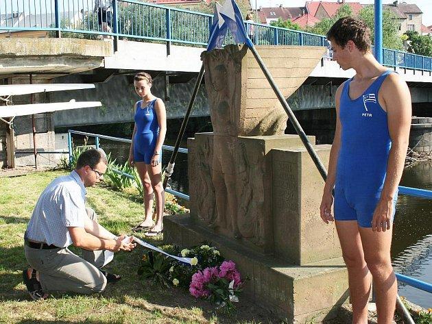 Starosta Loun Jan Kerner pokládá květiny u pomníku veslařů