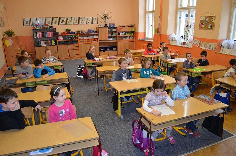 Předávání pololetních vysvědčení v 1.D žatecké ZŠ Komenského alej.