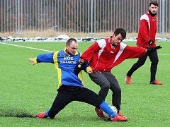 Fotbalisté Slavoje Žatec (v červeném) porazili Dobroměřice 2:1.