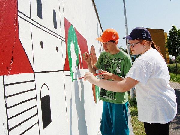 Děti ze žatecké umělecké školy zkrášlily zadní stranu garáží dominantami města letos na začátku června.