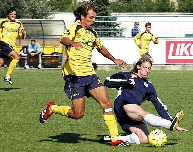 Poprvé za divizní Chmel Blšany nastoupil  Zdeněk Uhlík, který hrál naposledy za Žatec. V záběru ho zastavuje Martin Mžourek v utkání Blšany  – Rakovník 1:1.