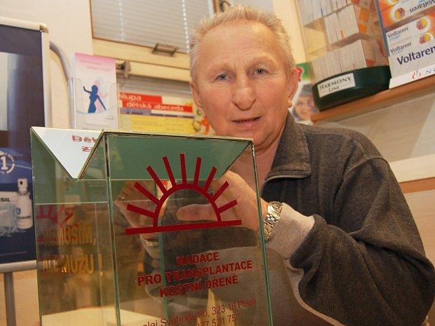 Jiří Fencka instaloval v žatecké lékárně na tamní poliklinice kasičku, do které mohou lidé vhazovat finanční dary pro Nadaci pro transplantaci kostní dřeně.