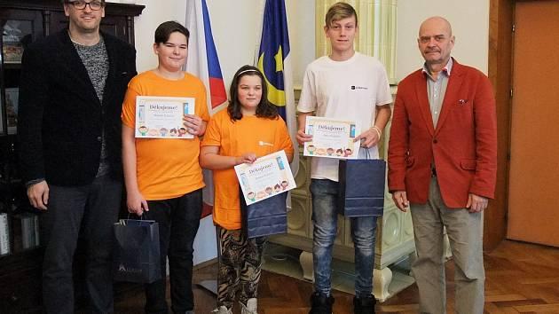 Poctivé děti, které pomohly seniorce z Loun, při setkání se starostou města Radovanem Šabatou (vpravo). Vlevo Vlastimil Hubert, ředitel ZŠ Přemyslovců.