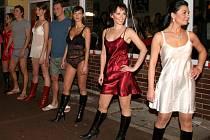 Modelky a modelové u lounské restaurace. Prý jim ani nebylo chladno.