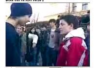 Záběr z videa se rvačkou mladíků v Žatci ze serveru YouTube.