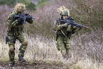 Vojáci cvičí na Doupově.
