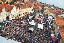Na žateckou Dočesnou přijíždějí desetitisíce návštěvníků nejen z blízkého okolí, ale také ze vzdálených koutů republiky a z ciziny.