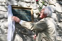 Zdeněk Šesták odhaluje pamětní desku skladateli v Brloze.