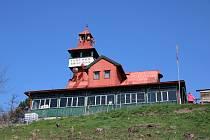 Ejemova chata na Červeňáku u Loun. Oblíbené místo výletníků, koná se tam řada kulturních akcí. Archivní foto