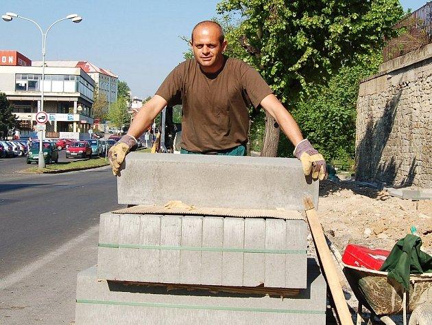 Jan Poustka pracuje na opravě chodníku.