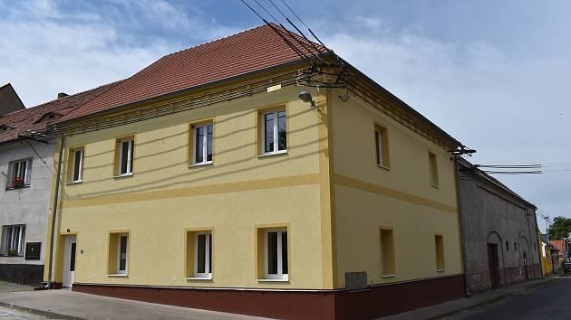Dům, kde dřív byla ordinace praktického lékaře, nechala obec přestavět na čtyři byty. Zájem o ně je daleko větší, než v Liběšicích dokáží uspokojit.