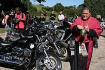 Zastavení motorkářů v Dolním Ročově, kde jim požehnal lounský děkan Werner Horák