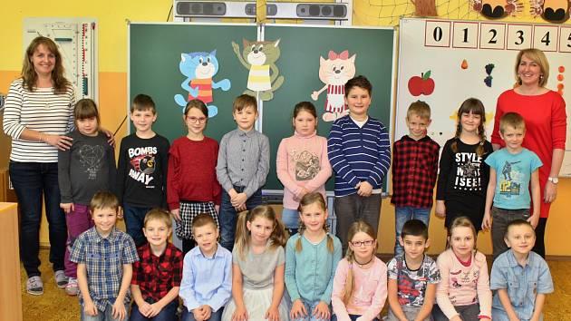 První třída ZŠ Peruc. O děti pečují učitelka Magdalena Kučerová a asistentka pedagoga Andrea Vavřinová.