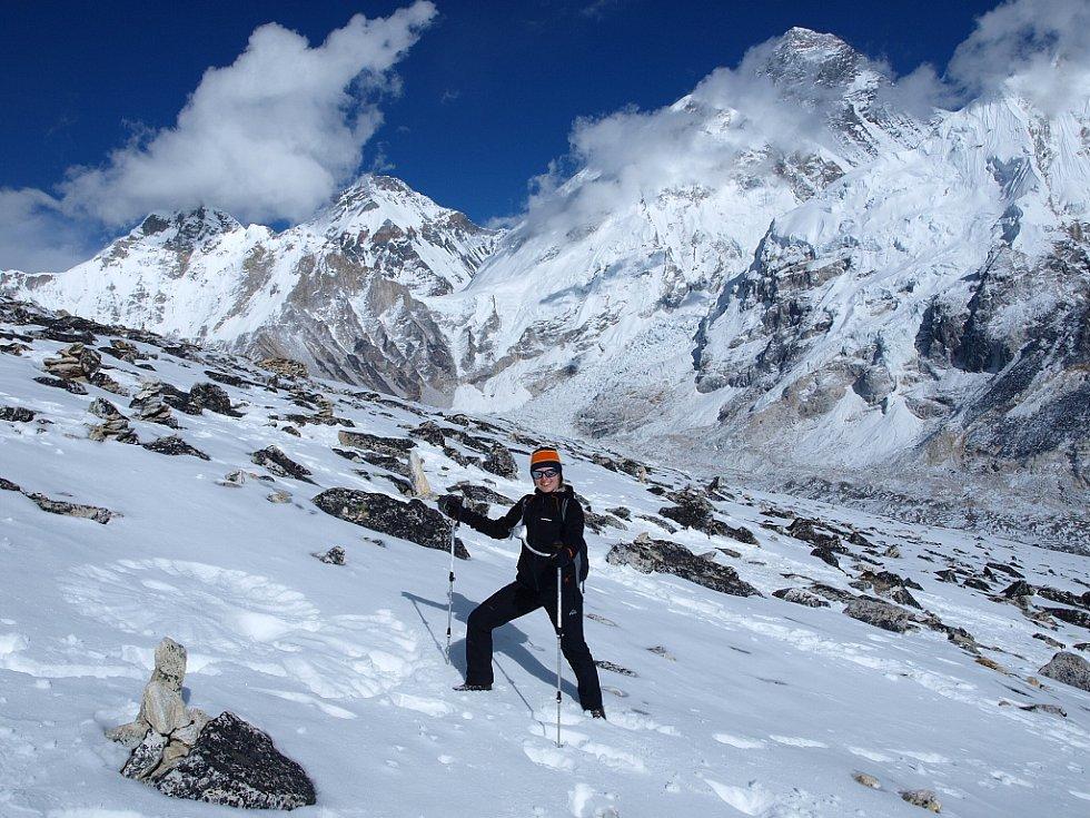 Petra Kotková vytvořila andělíčka ve sněhu na vyhlídkové hoře Kala Pattar (5545 m). Za ní je vrchol Everestu