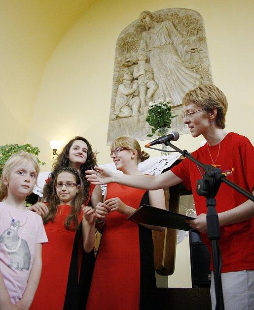 Noc kostelů vlounském kostele Církve čsl. husitské. Děti soutěžily ve vědomostním kvízu odrobné odměny