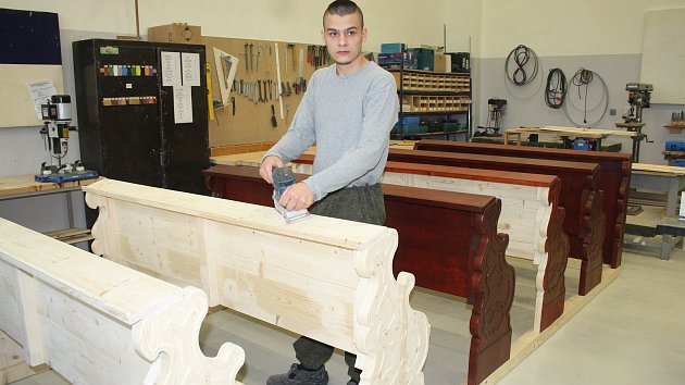 Odsouzení v Novém Sedle vyrobili lavice pro kapli v Čeradicích