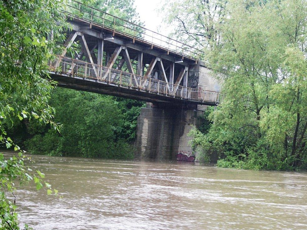 Rozvodněná Ohře v Lounech 4. 6. 2013. Pohled na železničního most