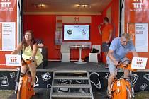 Ředitelka Domova pro seniory Vroutek Markéta Sosnová a ředitel ZŠ a MŠ Vroutek Milan Armstark pomáhají pohybem svým organizacím