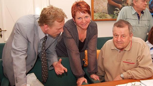 Zastupitelé Miroslav Legutko, Zdeňka Hamousová a Jan Pech (zleva) diskutují během přestávky čtvrtečního jednání na žatecké radnici.