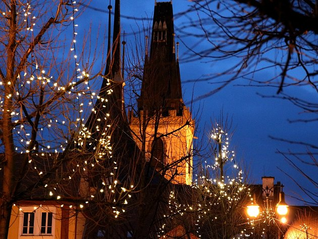 Pohled na kostel sv. Mikuláše v Lounech z Mírového náměstí, vyzdobeného během vánočních svátků. Archivní foto