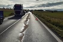 Porucha kamionu na silnici u Smolnice.