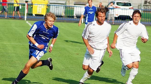 Utkání Loun (v modrém) proti týmu Modré. Na snímku lounský Tomáš Hadač