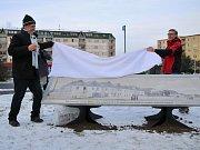 Slavnostní odhalení nové velkoformátové historické fotografie na Suzdalském náměstí v Lounech. Vlevo Bořek Zasadil, vpravo Jaroslav Tošner